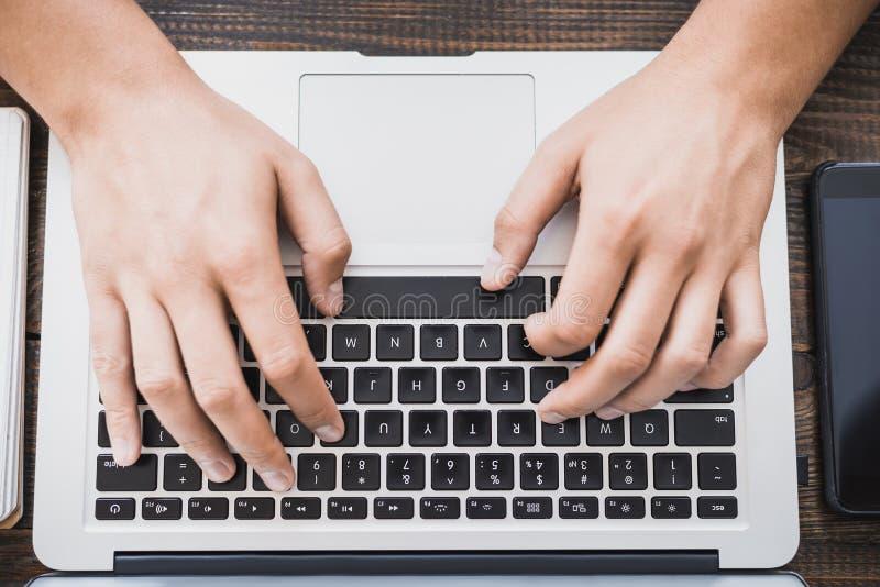 Ranku biznesu samiec Samiec wręcza działanie na laptopie horizonta zdjęcie stock