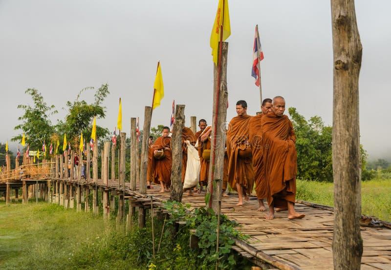 Ranku Buddyjski Almsgiving w Tajlandia zdjęcia stock