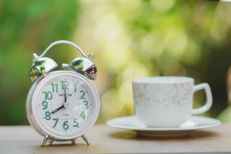 Ranku budzik i filiżanka kawy zdjęcie stock