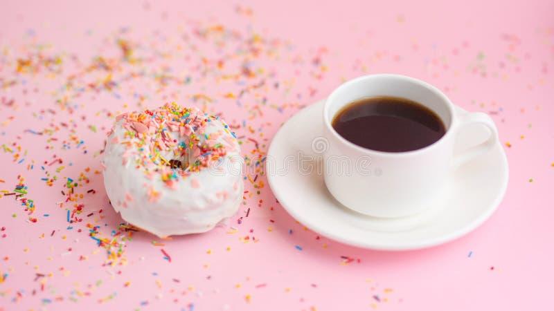 Ranku cukierki i filiżanki pączka ciastek c różowa fantazja barwi na różowym pastelowym stołowym odgórnym widoku Mieszkanie nieat obraz stock