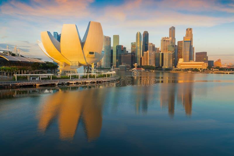 Ranku dnia światło po wschodu słońca i Singapore miasta obrazy stock