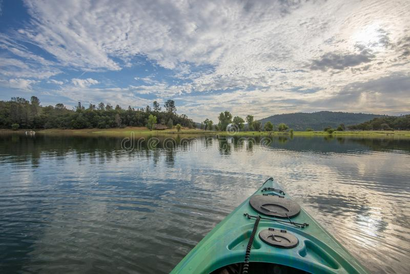 Ranku kajaka wyprawa w pokojowym jeziorze obrazy royalty free