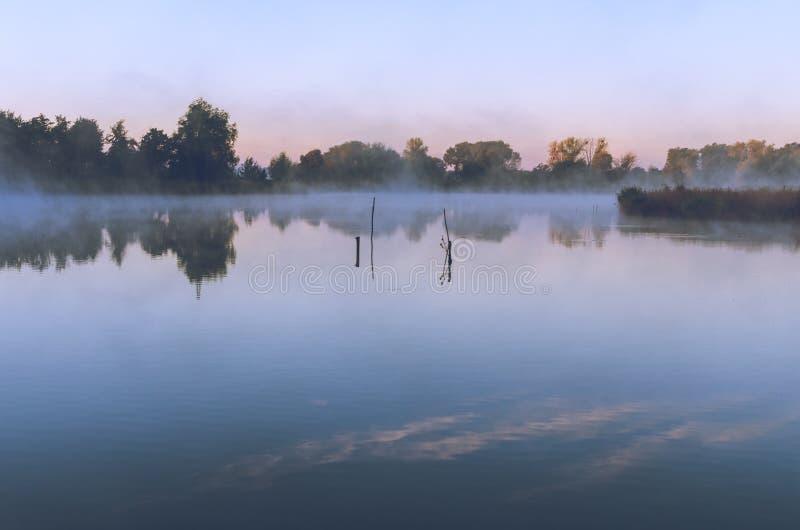 Ranku krajobraz z mgłą nad jeziorem obrazy stock