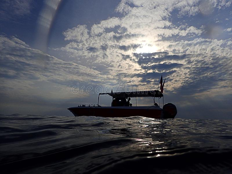 Ranku nura łódź w ranku zdjęcie stock