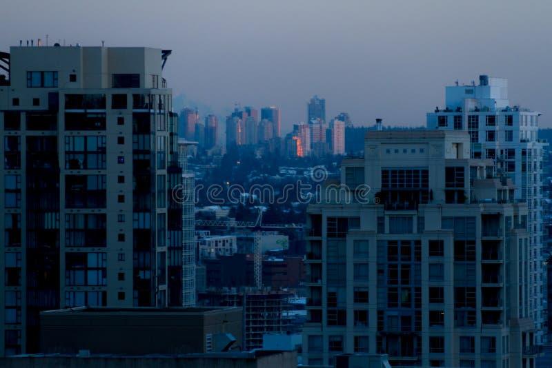 Ranku pejzaż miejski z wschodu słońca pouczającym wierzchołkiem budynek obraz stock