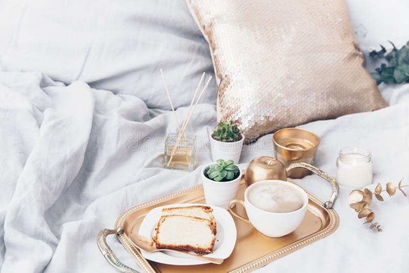 Ranku skład z kawą na tacy Splendoru śniadanie zdjęcie royalty free