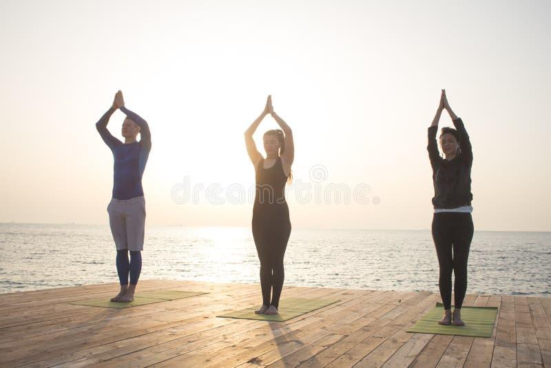 ranku szkolenie joga na lato plaży fotografia stock
