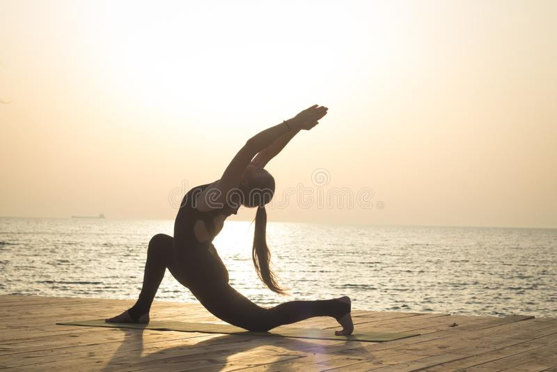 ranku szkolenie joga na lato plaży obraz stock