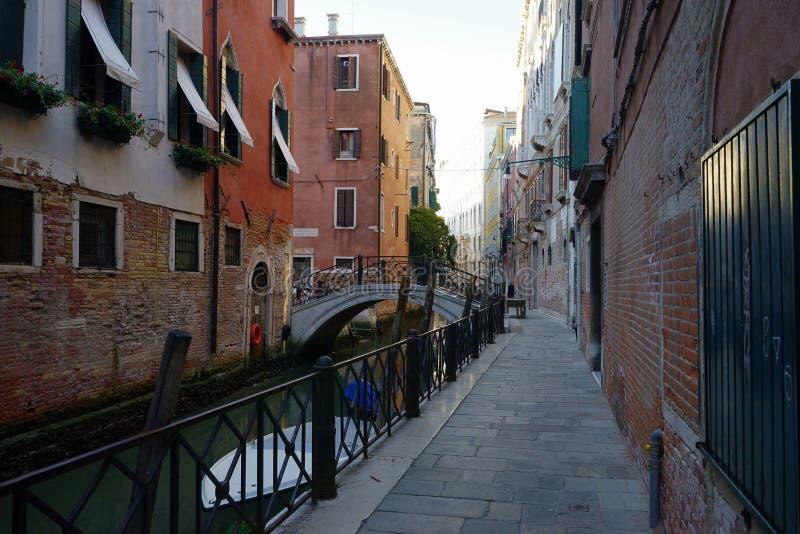 Ranku widok mały kanał z mieszkaniowymi domami na stronach i małym moście obraz stock