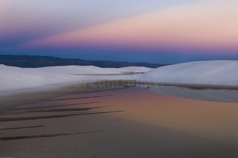 Ranku wschód słońca odbija w basenie deszczówka w Białych piasków Krajowym zabytku zdjęcia royalty free