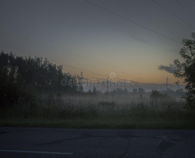 Ranku wschód słońca z mgłą w zaniechanym terenie zdjęcie stock