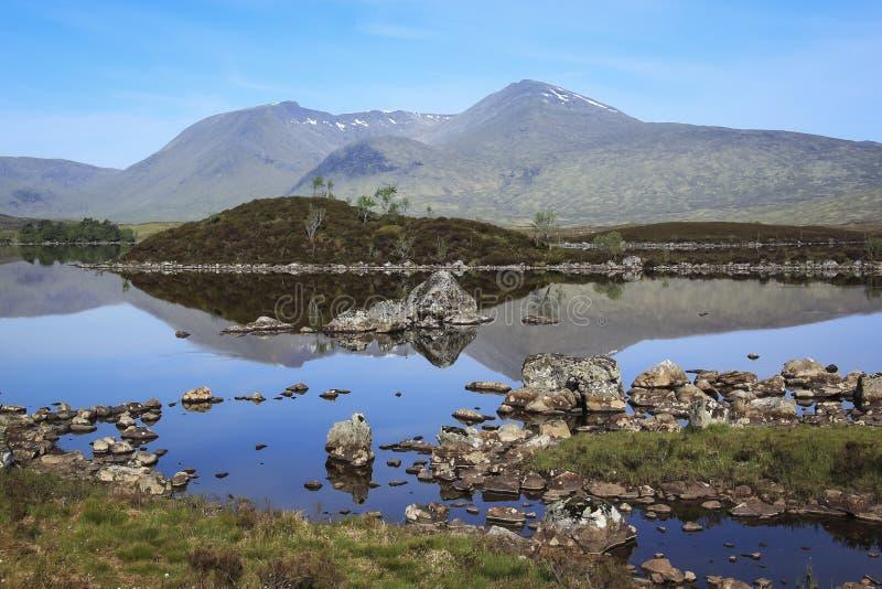 Rannoch amarra montanhas scotland do loch imagem de stock