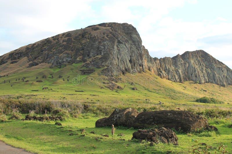 Rano Raraku & Moais, Ilha de Páscoa fotos de stock royalty free