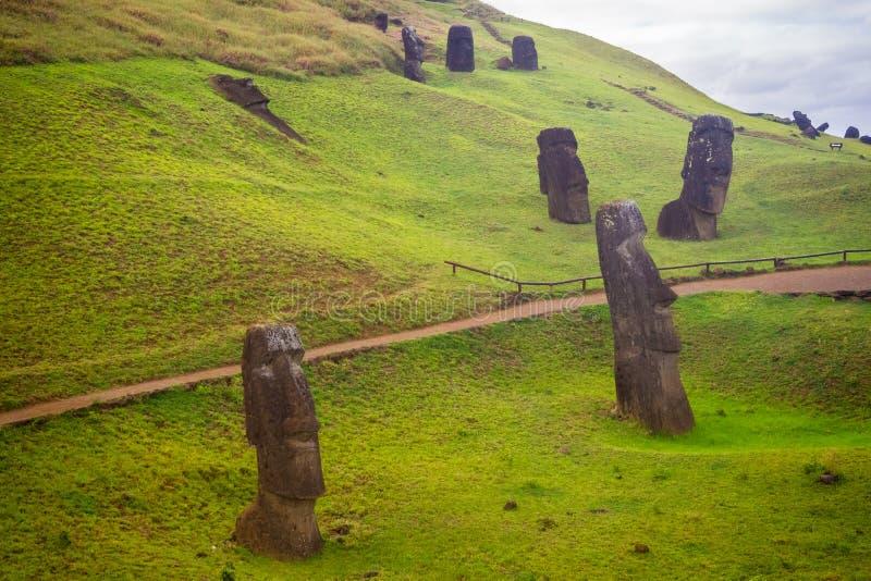 Rano Raraku vulkan, villebrådet av moaien med många som är uncomplete arkivbild
