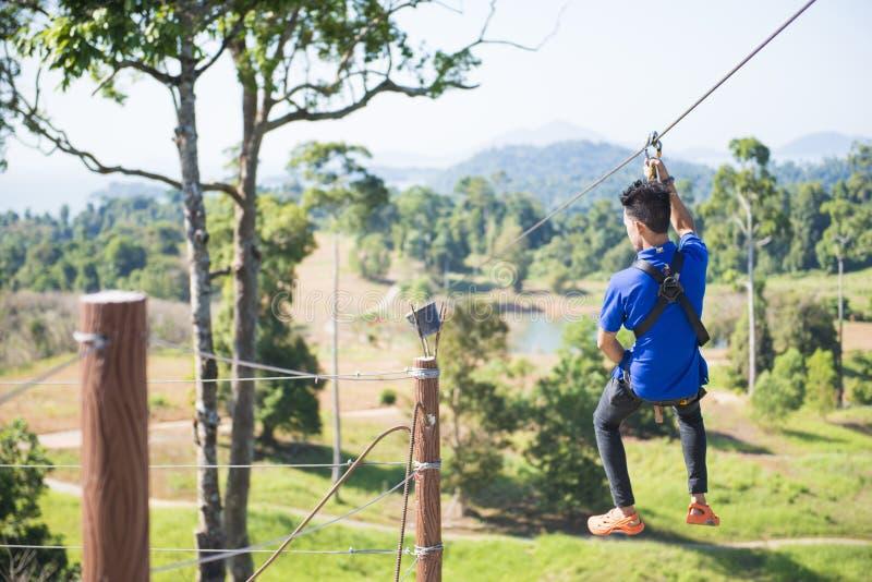 RANONG, ТАИЛАНД - 12,2016 -ГО ЯНВАРЬ: человек играя zipline над t стоковая фотография