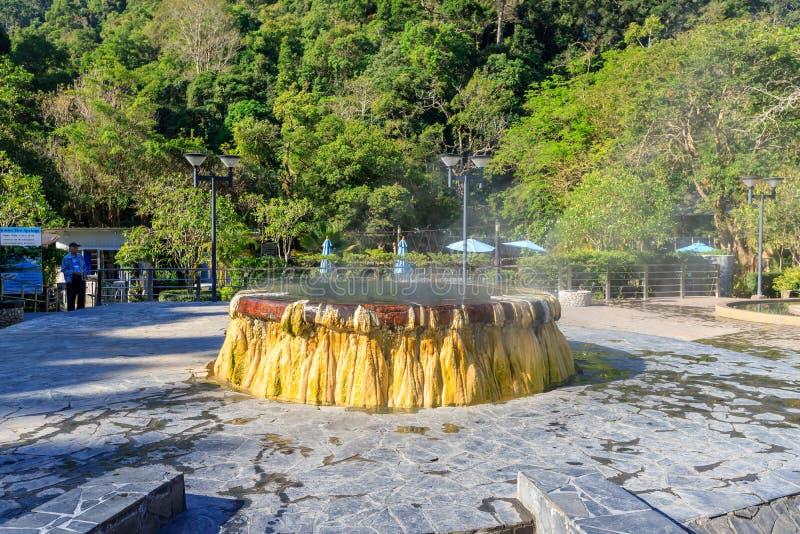 Ranong, Thailand - 19. Februar 2019: Berühmter Brunnen der heißen Quelle in allgemeinem Park Raksa Warin stockbild
