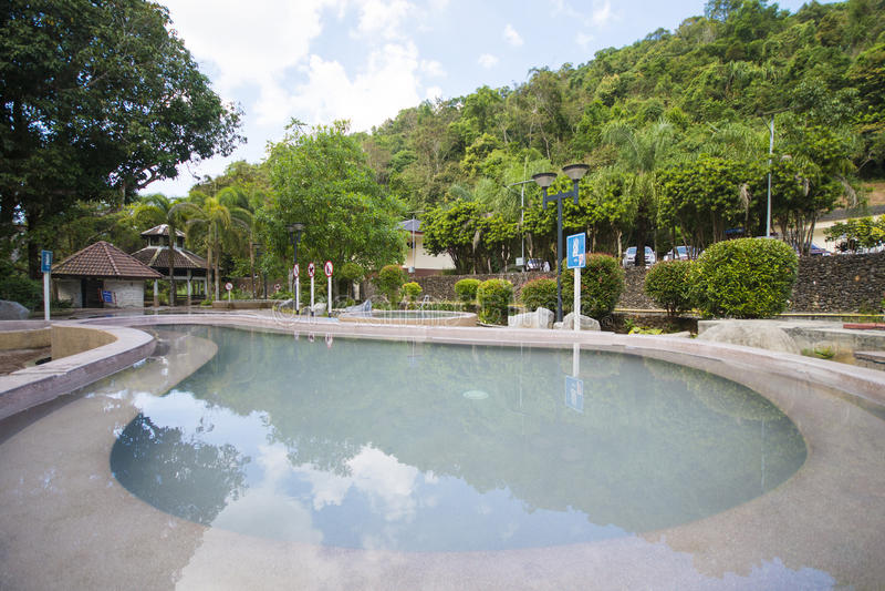 RANONG, THAILAND - 23. JANUAR 2016: Heiße Quelle Raksa Warin ist lizenzfreie stockbilder