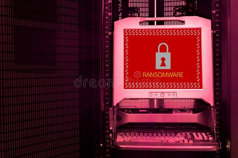 Ransomware attackvarning på bildskärmskärmen arkivbild