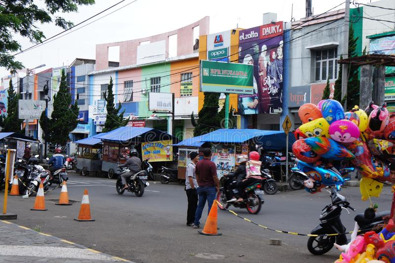 Ransport в Индонезии - мини шины, рикши и пешеходы, тропики, Ява стоковые фото