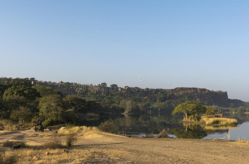 Ranthambhorefort dat van Zone3, het Nationale park van Ranthambhore, Rajasthan, India wordt gezien stock foto