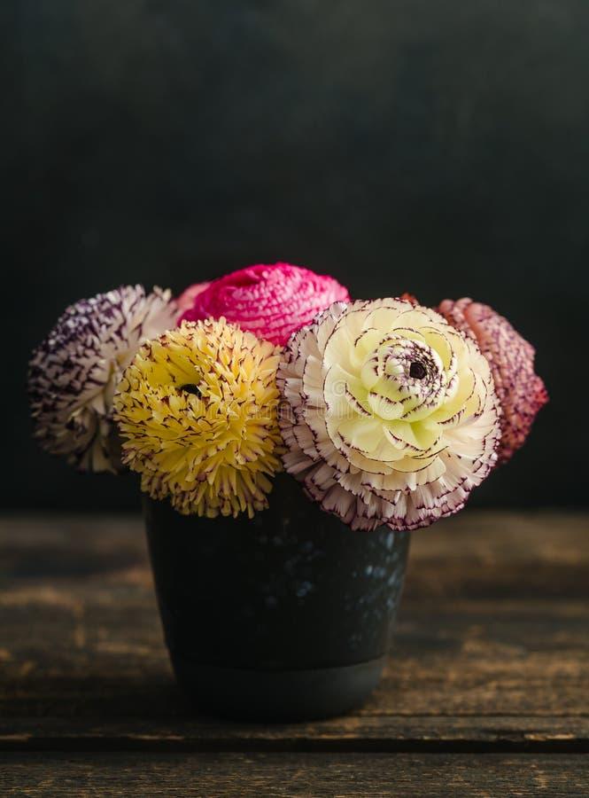 Ranunculus bloemen in een vaas stock afbeeldingen