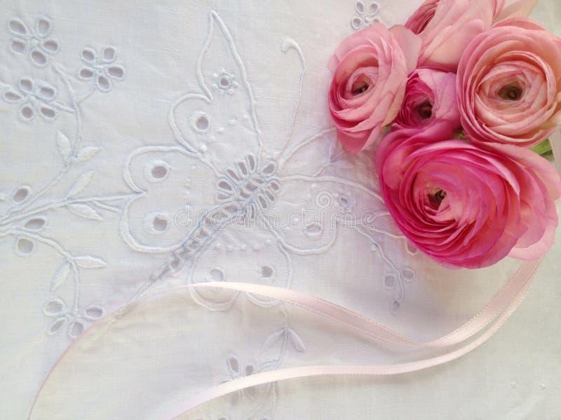 Fiori rosa della molla sul tessuto dell'occhiello fotografie stock libere da diritti