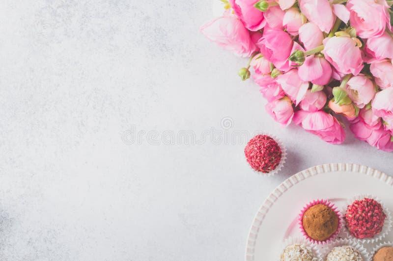 Ranunculusblumenstrauß und selbst gemachte Bälle lizenzfreie stockfotos