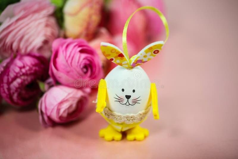 Ranunkeln en el rosa, macro, primavera, asiaticus del ranúnculo de las flores con el huevo de Pascua imagen de archivo libre de regalías