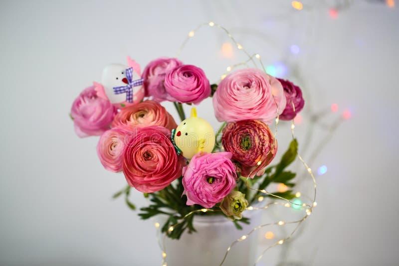 Ranunkeln en el rosa, macro, primavera, asiaticus del ranúnculo de las flores con el huevo de Pascua fotografía de archivo libre de regalías