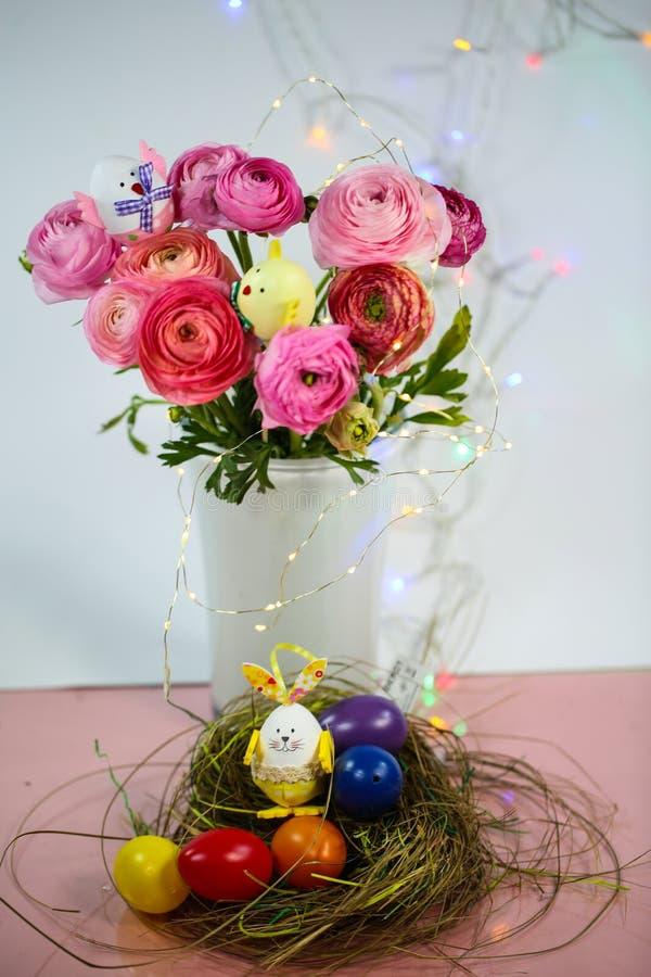 Ranunkeln en el rosa, macro, primavera, asiaticus del ranúnculo de las flores con la cesta de pascua imagen de archivo