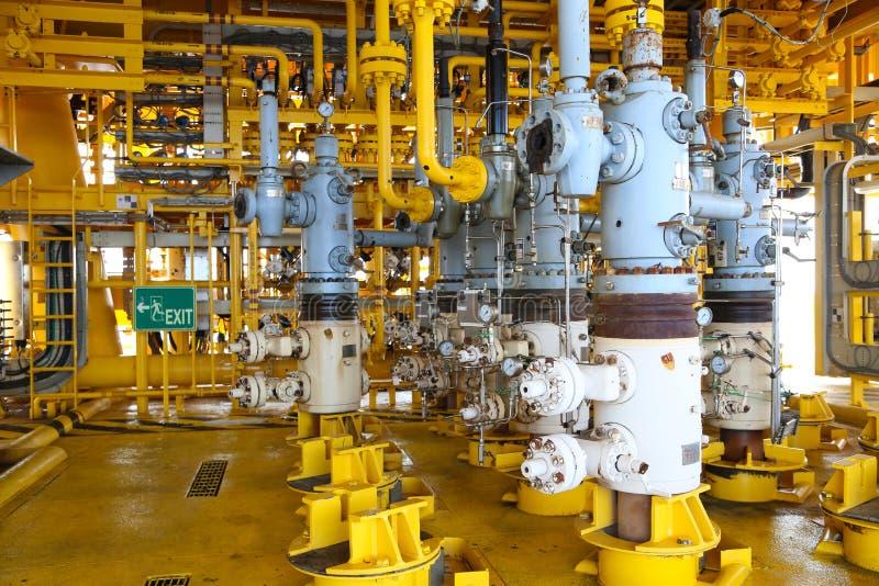 Ranura de la producción petrolífera de petróleo y gas en la plataforma, el control principal bien en el aceite y la industria del imágenes de archivo libres de regalías