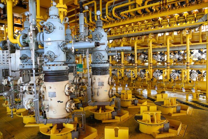 Ranura de la producción petrolífera de petróleo y gas en la plataforma, el control principal bien en el aceite y la industria del foto de archivo