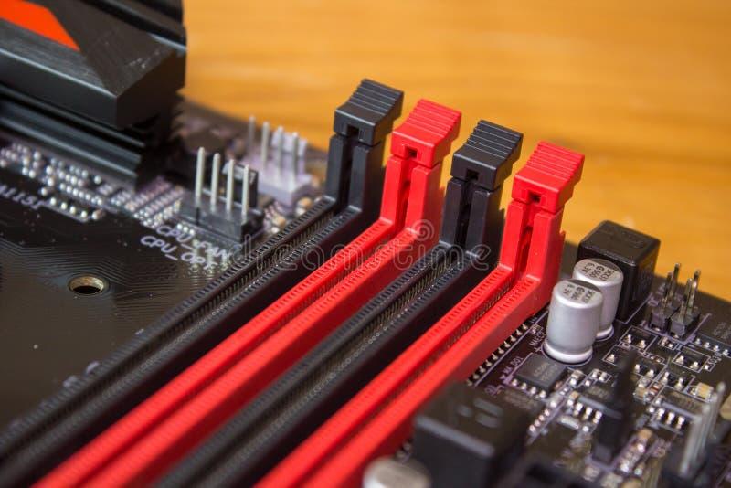 Ranura para tarjeta en el tablero, ranuras para tarjeta de la memoria de la memoria en la placa madre del ordenador fotografía de archivo