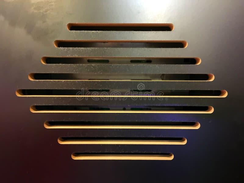 Ranuras de la ventilación en caja de madera de equipo electrónico fotos de archivo