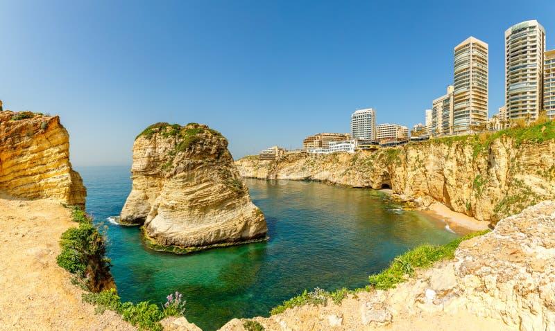Raouche lub gołębie kołysamy panoramę z dennym i ciry centrum w tle, Bejrut, Liban zdjęcia stock