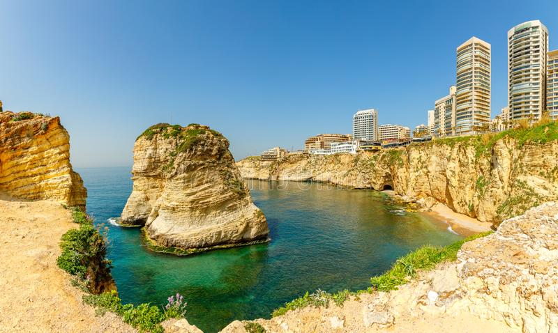 Raouche o panorama delle rocce dei piccioni con il mare ed il centro ciry nei precedenti, Beirut, Libano fotografie stock