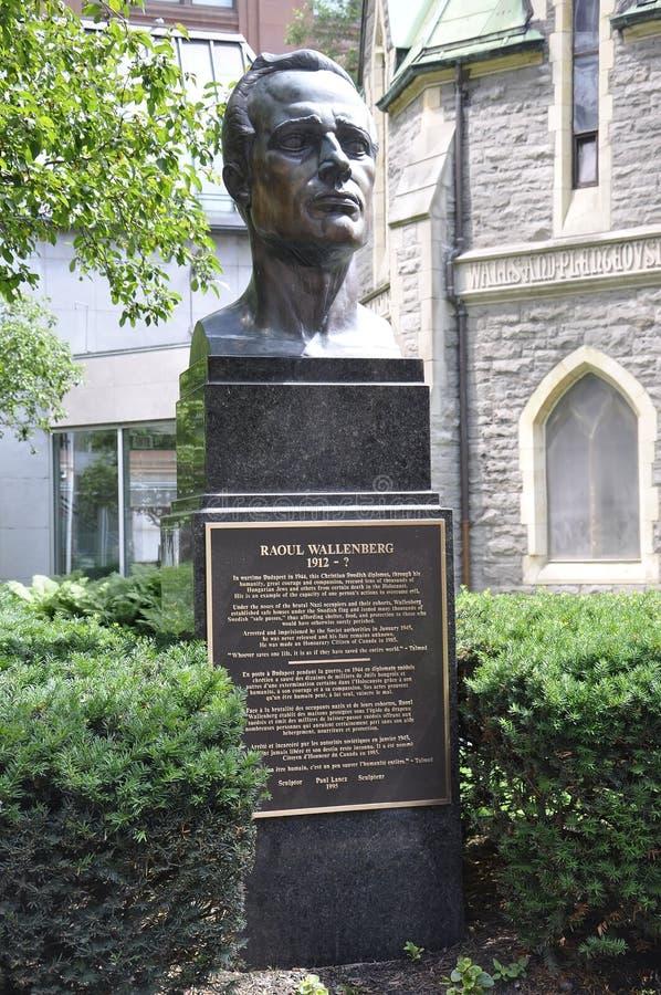 Raoul Wallenberg Monument från Kristuskyrkaborggård från mitten Ville av Montreal i Kanada fotografering för bildbyråer