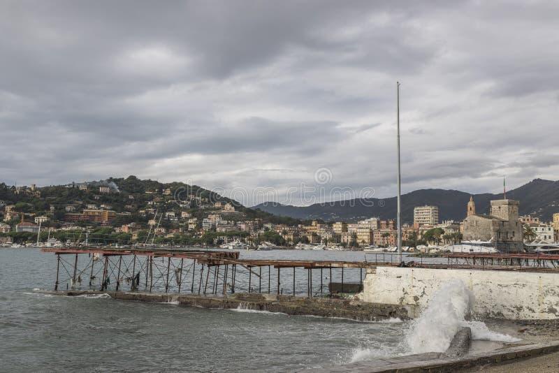 Rapallo Italien November/5/2018 - katastrofalt resultat av en kraftig storm som uppstod på natten av Oktober 29 i hamnen av arkivbild