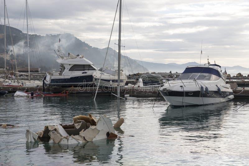 Rapallo Italien November/5/2018 - katastrofalt resultat av en kraftig storm som uppstod på natten av Oktober 29 i hamnen av royaltyfri bild