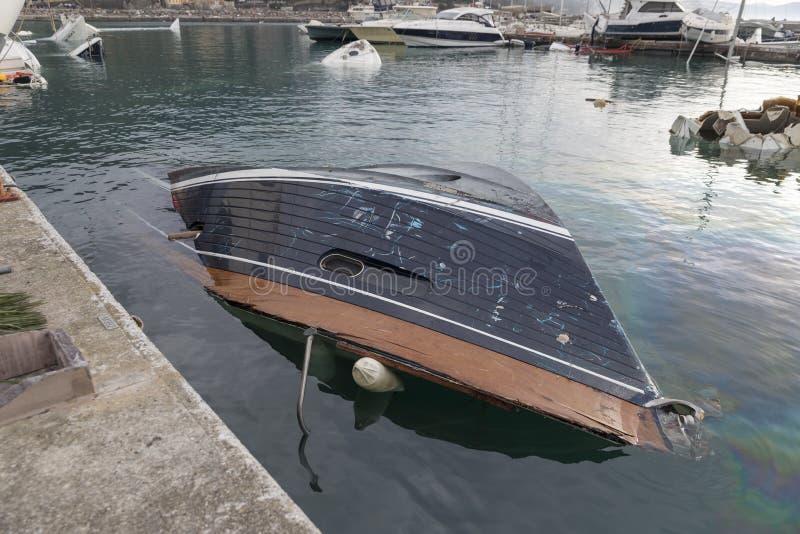 Rapallo Italien November/5/2018 - katastrofalt resultat av en kraftig storm som uppstod på natten av Oktober 29 i hamnen av royaltyfri foto