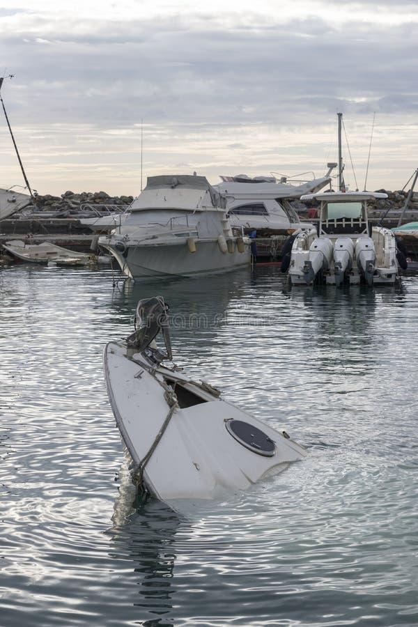 Rapallo Italien November/5/2018 - katastrofalt resultat av en kraftig storm som uppstod på natten av Oktober 29 i hamnen av arkivbilder