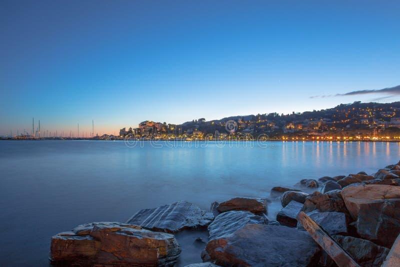 Rapallo kust vid natt, Genoa Genova, Italien arkivfoton
