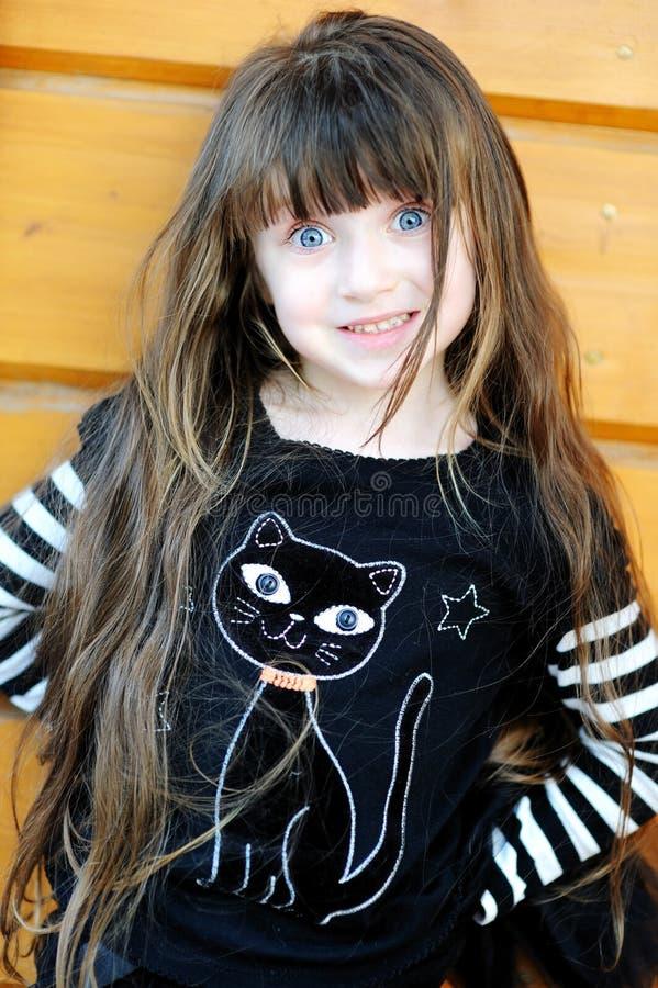 Rapariga ao ar livre no traje da bruxa em Halloween imagem de stock royalty free