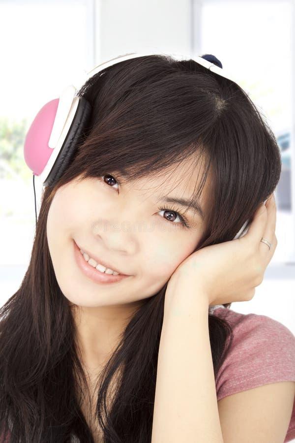 Rapariga asiática que escuta a música fotos de stock royalty free