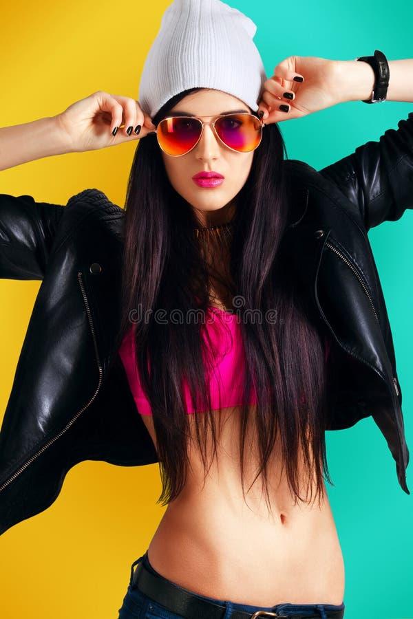 Rapariga atrativa desgaste moderno do estilo ocasional foto de stock royalty free