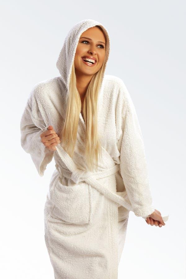 Rapariga atrativa em um bathrobe, sorrindo fotografia de stock