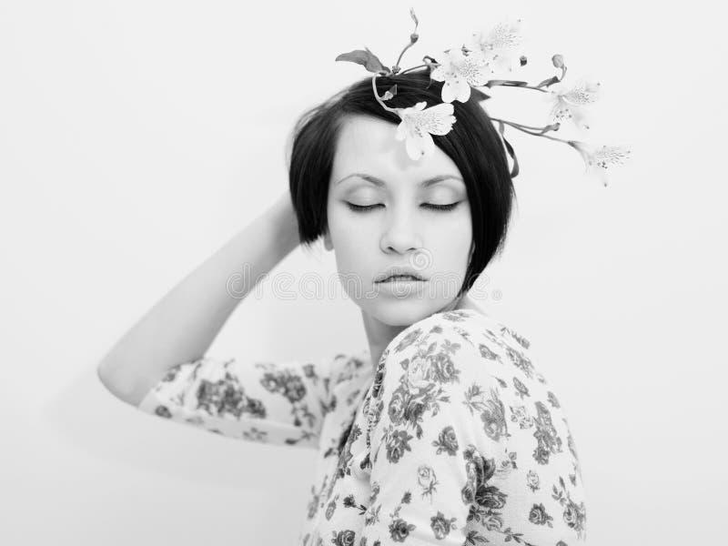 Rapariga bonita com flores foto de stock