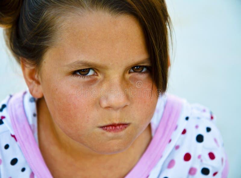 Rapariga bonita em um pátio concreto. foto de stock