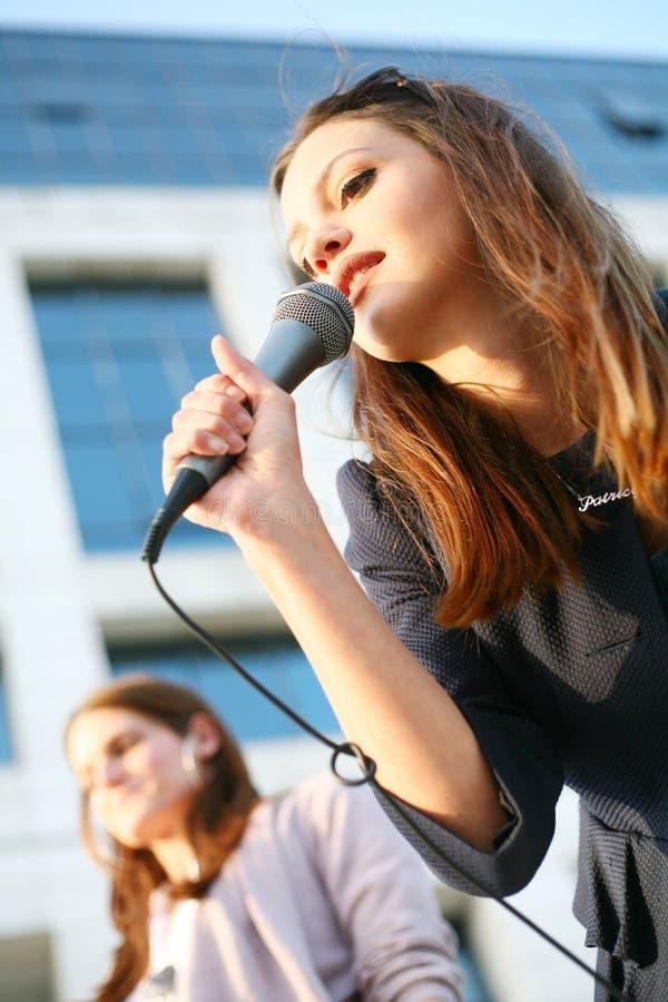 Rapariga bonita que canta fotografia de stock
