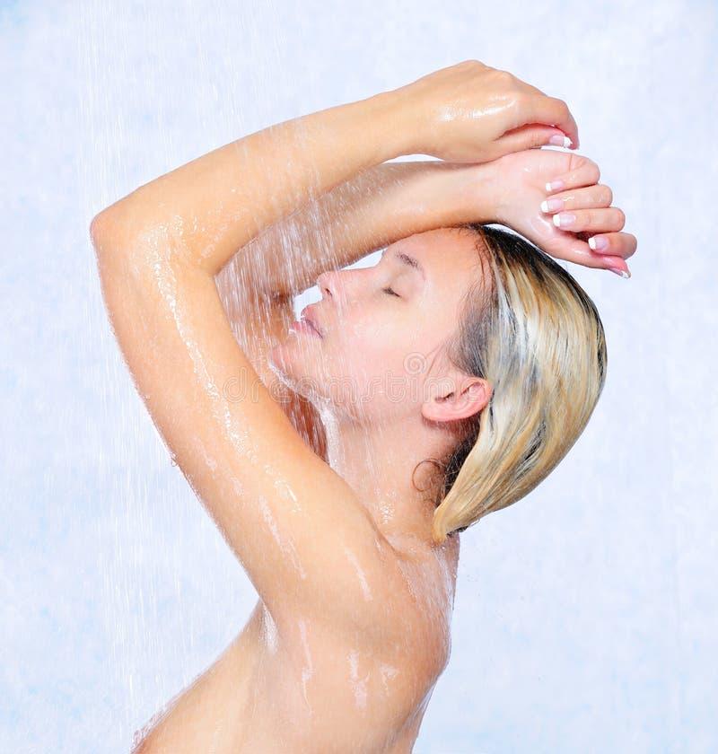 Rapariga bonita que toma o chuveiro fotos de stock royalty free